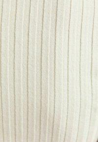 Bershka - CROPPED MIT PATENTMUSTER UND ROLLKRAGEN - Sweter - white - 5