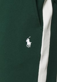 Polo Ralph Lauren - LOOPBACK TERRY PANT ATHLETIC - Träningsbyxor - college green/chic cream - 6