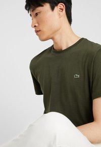 Lacoste - T-shirt basique - baobab - 5