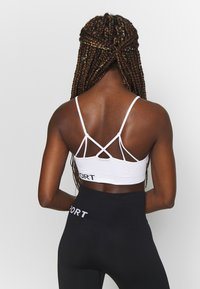 DKNY - LOW IMPACT STRAPPYSEAMLESS BRA REMOVABLE CUPS - Medium support sports bra - white - 2