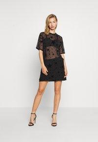 Missguided - FESTIVAL EXCLUSIVE STAR FLOCK OVERSIZED T SHIRT DRESS - Denní šaty - black - 1