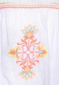 Sunuva - GIRLS EMBROIDERED PERUVIAN STITCH DRESS - Akcesoria plażowe - white - 2