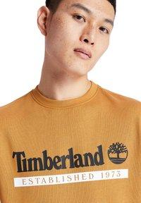 Timberland - ESTABLISHED 1973 CREW - Bluza - wheat boot-white - 3
