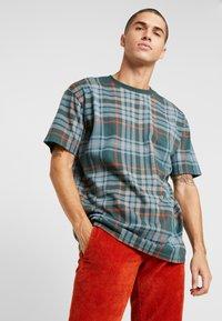 Urban Classics - CHECK OVERSIZED HEAVY TEE - Print T-shirt - bottlegreen - 0