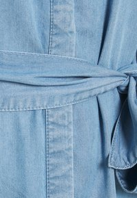 Vero Moda - VMSAGA LONG BELT DRESS - Denimové šaty - light blue denim - 5
