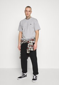Vans - OFF THE WALL CLASSIC - Basic T-shirt - athletic heather - 1