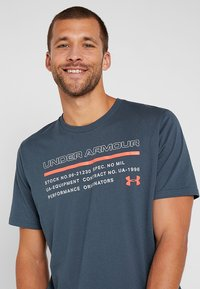 Under Armour - ISSUED - T-shirt con stampa - wire/beta red - 3
