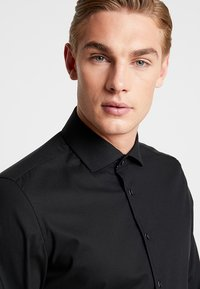 Seidensticker - SLIM SPREAD KENT PATCH - Formal shirt - black - 3