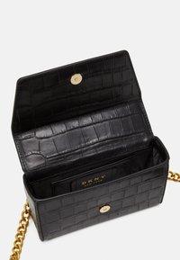 DKNY - COOPER BOX CROSSBODY - Skulderveske - black/gold-coloured - 3