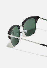 Urban Classics - SUNGLASSES CRETE WITH PEARL CHAIN UNISEX - Sunglasses - black/green with pearl chain - 2