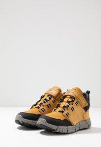 Geox - FLEXYPER BOY ABX - Sneakersy wysokie - dark yellow/royal - 3