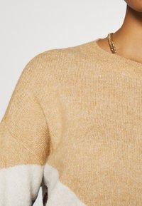 Vero Moda - VMGINGOBLOCK O-NECK DRESS  - Strikket kjole - cabernet/birch/tan - 4