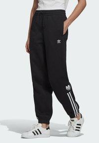 adidas Originals - FLEECE PANT ADICOLOR ORIGINALS RELAXED PANTS - Tracksuit bottoms - black - 0