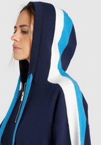 khujo - ZENGINA - Bluza z kapturem - blue/white - 5