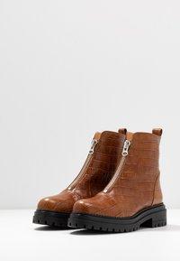L'INTERVALLE - ROHAN - Kotníkové boty na platformě - safor - 4