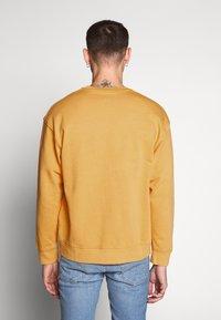 Levi's® - RELAXED GRAPHIC CREWNECK - Sweatshirt - golden apricot - 2