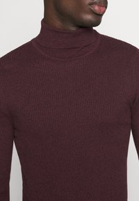 Pier One - MUSCLE FIT TURTLE - Pullover - mottled bordeaux - 5