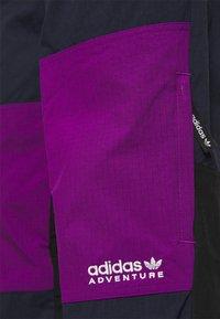 adidas Originals - WOVEN PANTS - Pantaloni sportivi - legend ink/glory purple - 5