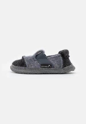 BERG UNISEX - Pantofole - schiefer