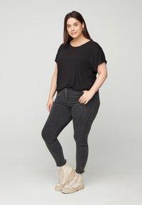 Zizzi - MIT RUNDHALS - Basic T-shirt - black - 1