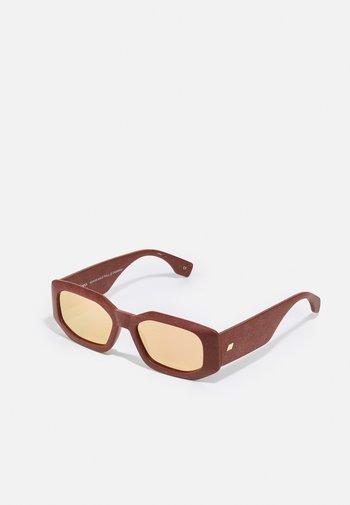 SUSTAIN HALF FULL - Sunglasses - rust
