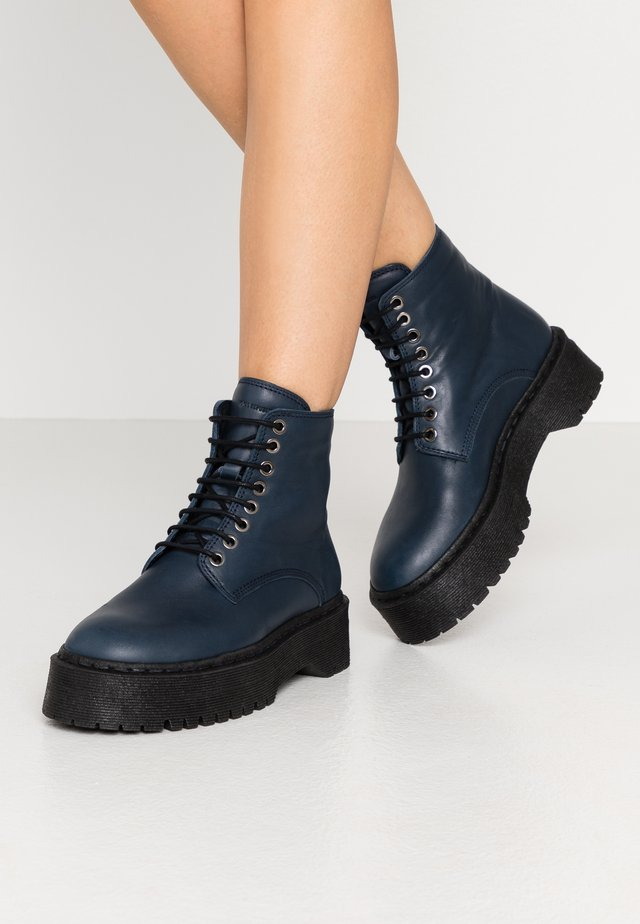 COMMAND LACE UP BOOT - Stivaletti con plateau - navy