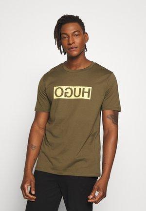 DICAGOLINO - T-shirt con stampa - dark beige