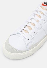 Nike Sportswear - BLAZER '77 UNISEX - Zapatillas - white/team red/black/team orange - 8
