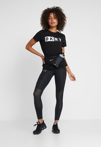 DKNY - CREW NECK SHORT SLEEVE TWO TONE LOGO - Print T-shirt - black - 1