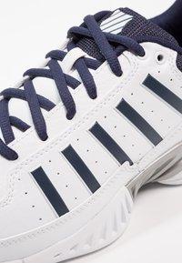 K-SWISS - RECEIVER IV - Multicourt tennis shoes - white/navy - 5