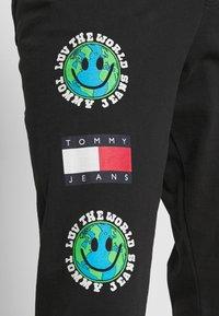 Tommy Jeans - LUV THE WORLD UNISEX - Pantalon de survêtement - black - 4