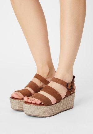 CARINA - Sandály na platformě - brown
