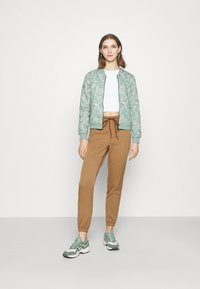 ONLY - ONLREGIE STRING SMOCK PANT - Joggebukse - toasted coconut - 1