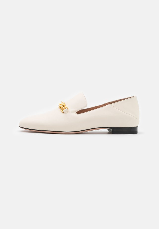 DARCIE FLAT - Loaferit/pistokkaat - bone