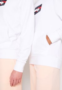Tommy Hilfiger - ONE PLANET HOODY UNISEX - Sweatshirt - white - 6
