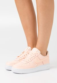 Nike Sportswear - AIR FORCE 1 - Sneakers basse - crimson tint/white - 0