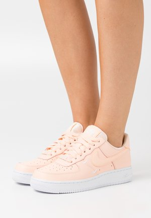AIR FORCE 1 - Sneakersy niskie - crimson tint/white