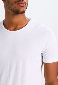 Jack & Jones - JJPRHUGO TEE CREW NECK  - Basic T-shirt - white - 3