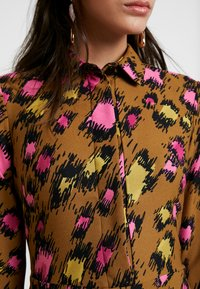 Closet - CLOSET SWING DRESS - Shirt dress - gold - 6