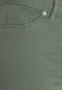 Vero Moda Tall - VMHOT SEVEN PANT - Trousers - laurel wreath - 2