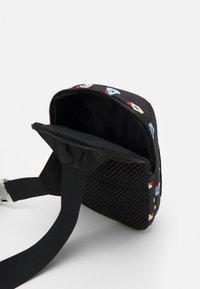 Nike Sportswear - ESSENTIALS - Umhängetasche - black/smoke grey - 2