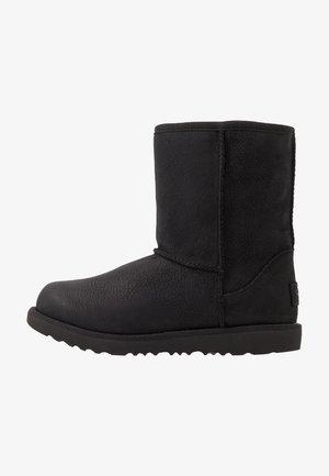 CLASSIC SHORT WP - Kotníkové boty - black