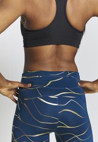 Nike Performance - FAST  - Medias - valerian blue/metallic gold - 3