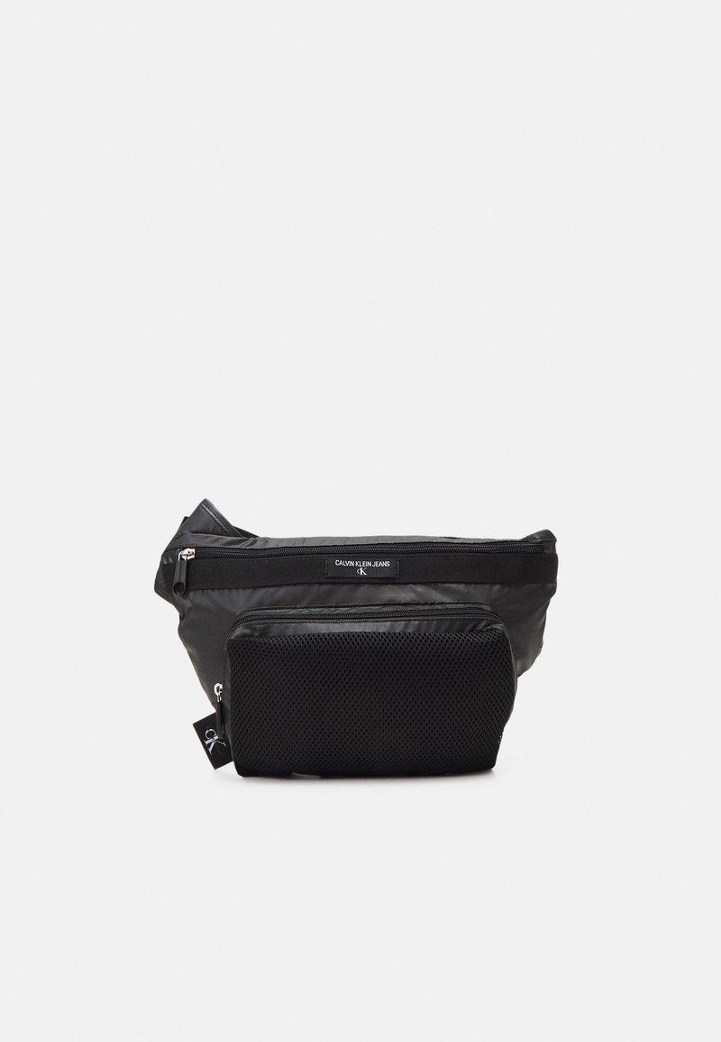 Calvin Klein Jeans - TRIANGLE SLING - Ledvinka - black