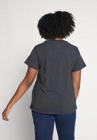 Levi's® Plus - PERFECT - T-shirts med print - meteorite - 2