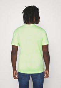Nike Sportswear - CLUB TEE - T-shirt - bas - liquid lime/white - 2