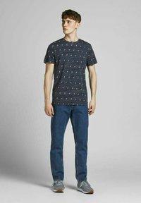 Jack & Jones - T-shirt med print - navy blazer - 1