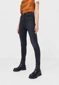 Stradivarius - MIT SEHR HOHEM BUND - Jeans Skinny Fit - black - 0