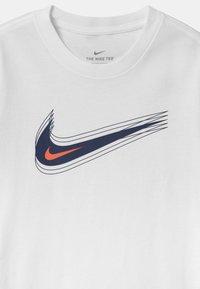 Nike Sportswear - UNISEX - Printtipaita - white/black - 2
