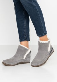Sorel - NAKISKA BOOTIE - Classic ankle boots - quarry/natural - 0